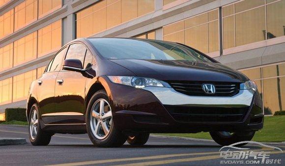 本田第三代燃料电池汽车(honda fcx clarity)   氢电池车的产业化步伐骤然加快。   7月2日,本田和通用汽车宣布,将在燃料电池车领域(主要是氢动力车)展开正式合作共同开发,成为业内第三批宣布加入燃料电池车开发的大型汽车集团。   几乎与此同时,美国的一些科学家也宣布研制出全新的二硫化钼结构氢电池的催化剂,有望替代燃料电池车昂贵的铂,大幅降低成本。而6月末,联合国33个国家经历长期谈判,终于出台燃料电池车安全性国际标准。   种种迹象显示,在政府、行业以及技术等各层面,氢动力车正成为