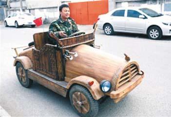 """48岁木匠造""""木电动轿车"""" 最高时速40公里续航20公里"""