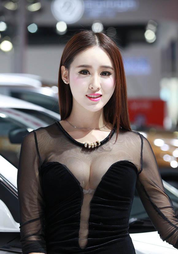 2014广州车展车模百态:走光漏点惊悚妆容