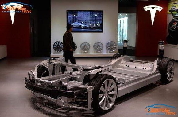护板.   导致电动汽车底盘非常脆弱的电池组被穿透导致起火,高清图片