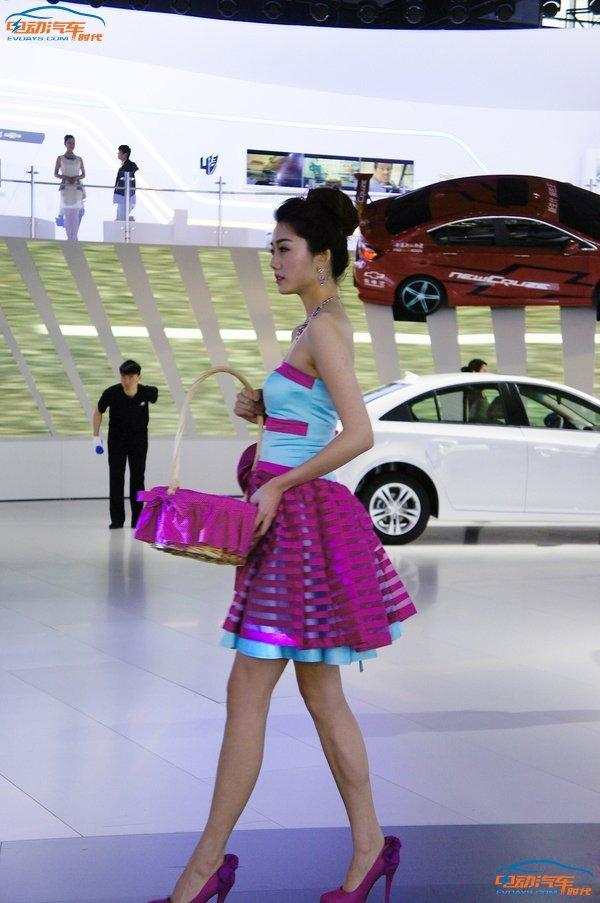 2015上海国际车展虽然明文禁止车模的展示,但上有政策下有对策,销售顾问、前台、礼仪,甚至连擦车工、送咖啡服务员都换上了颜值颇高的帅哥美女,即便穿着保守,但依旧令不少人驻足拍照合影留念。